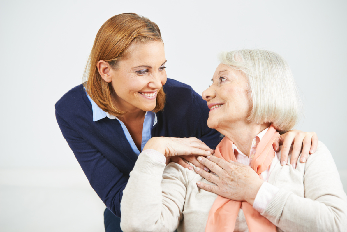 Seniorin und Tochter lcheln zusammen